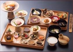 平城京が最も栄えた天平時代、宮廷貴族は実に贅沢な食生活を楽しんでいました。夜を日についで開かれた宮廷の宴を、現代人の嗜好と感性を加味した古代ヘルシー料理として再現した「天平の宴」。食文化の源流と古代の歴史を味わうひととき。1300年の時を超えた美食の世界へとご招待いたします。