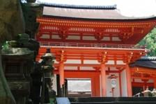 春日大社(かすがたいしゃ)は、中臣氏(のちの藤原氏)の氏神を祀るために768年に創設された奈良県奈良市にある神社。旧称は春日神社。