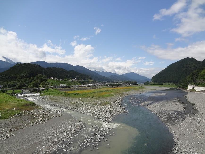 01 南部橋上から南部氏発祥の地をのぞむ(右は富士川、左は戸栗川)