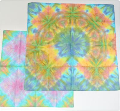 染色したハンカチ(右)とミニスカーフ(左)